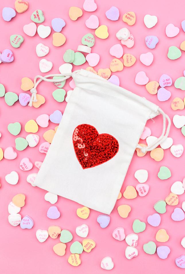 Sacchettina di caramelle con cuore di pailettes